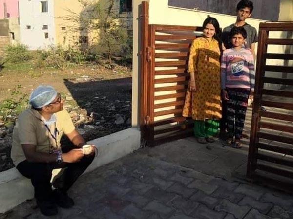 ಕೋವಿಡ್ 19 ವಿರುದ್ಧ ಹೋರಾಟ: ವೈದ್ಯಾಧಿಕಾರಿ ಫೋಟೋಗೆ ಮಿಡಿದ ಜನರ ಮನ
