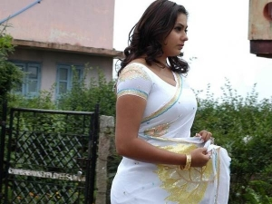 How To Wear White Saree In A Attractive Way