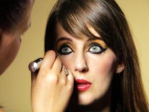 Tricks Set Your Makeup Fast