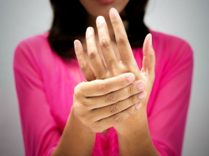 What Does It Mean When Your Left Hand Is Itching