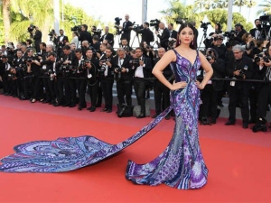 Cannes 2018 Ash Flutters On The Red Carpet In A 20 Foot Cape Dress