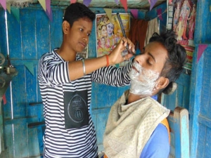 Indian Sisters Pretend Be Boys Keep Barbershop Afloat