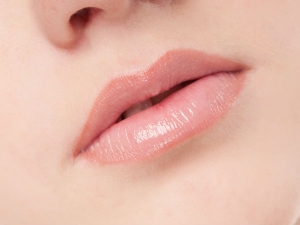 Simple Tips To Keep Your Lips Beautiful In Winter